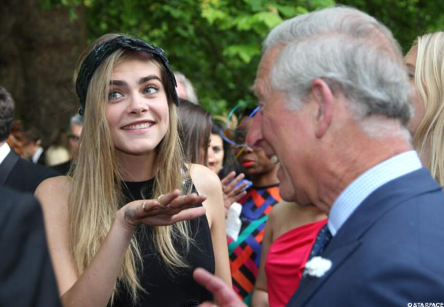 Cara Delevingne montre ses tatoos au prince Charles