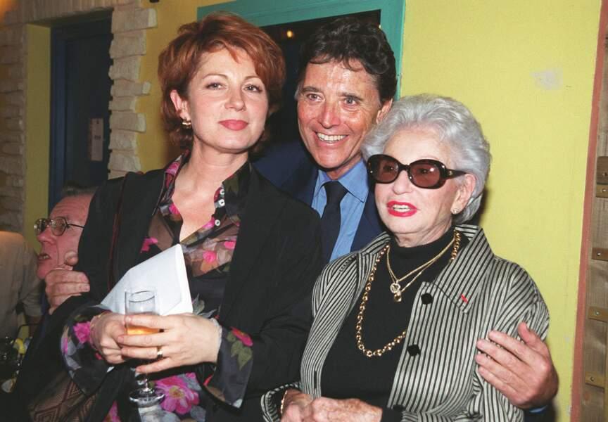 Lors d'une soirée hommage à Jean-Michel Boris, Sacha prend la pose avec Véronique Genest et Paulette Coquatrix