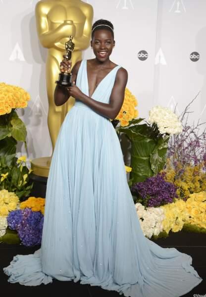 Egalement en Prada, Lupita Nyong'o, oscarisée dans la catégorie Meilleure actrice dans un second rôle, rayonne