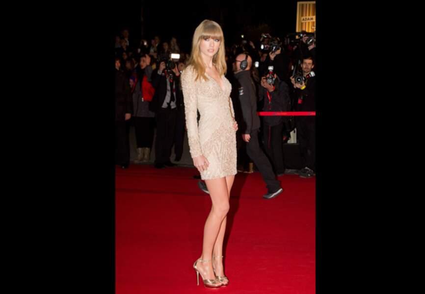Taylor radieuse dans sa robe Elie Saab