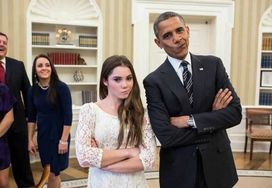 Barack Obama pose avec une gymnaste américaine