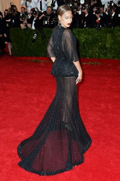 Beyoncé, glam' et ténébreuse en Givenchy