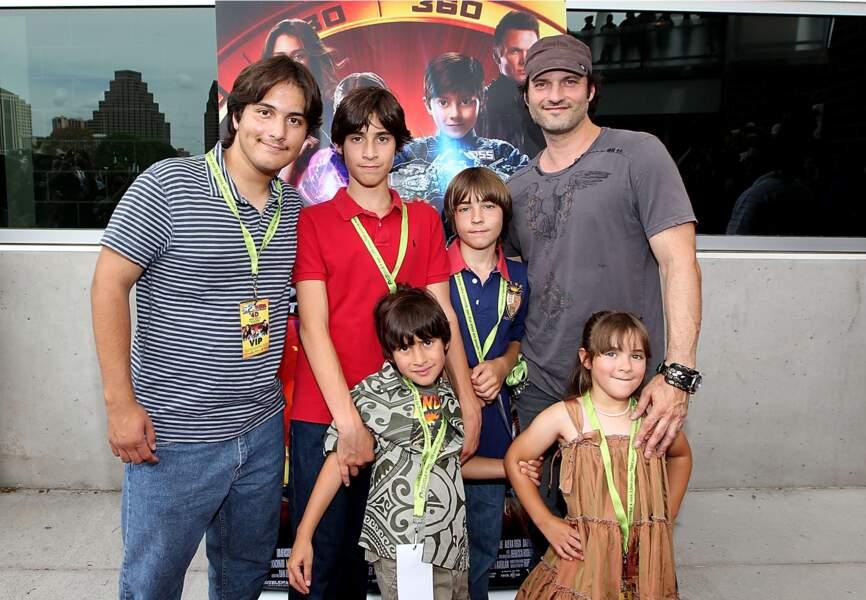 Le réalisateur Robert Rodriguez entouré de ses enfants Rebel, Racer, Rogue et Rocket