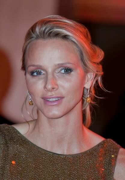 Charlène de Monaco Coiffure romantique et mise en beauté cuivrée