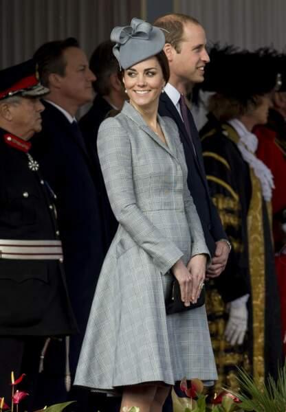 Un manteau en tartan gris au plissé jupon