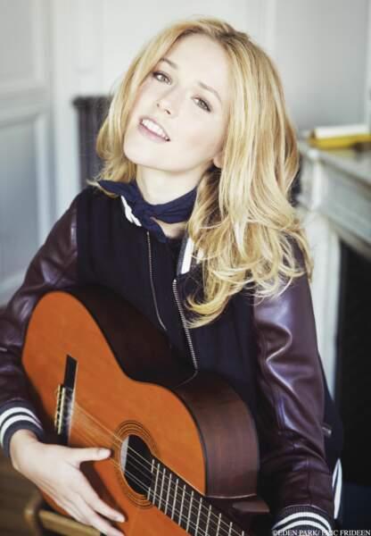 Raphaëlle Dupire, joueuse de guitare en teddy