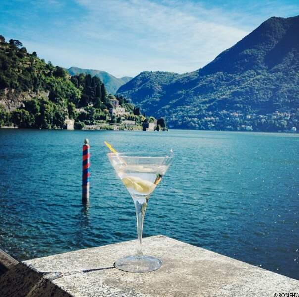 @rosiehw déguste un Martini sur le lac de Côme