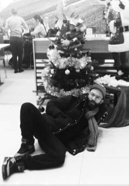 Woodkid imite bien le cadeau de Noël