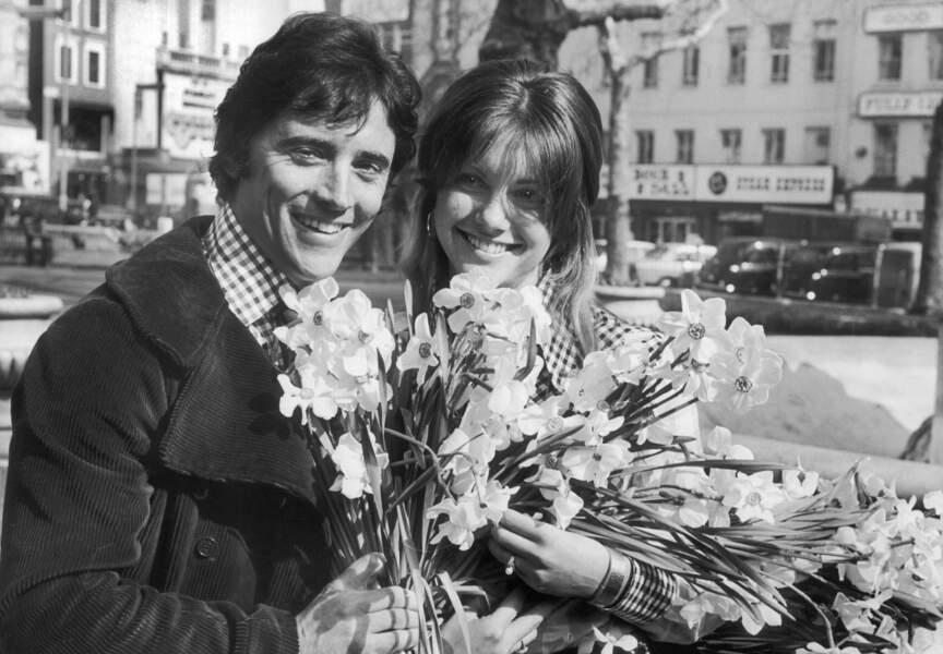 Mars '72, Sacha Distel profite cette fois-ci du soleil londonien avec l'actrice Olivia Newton-John