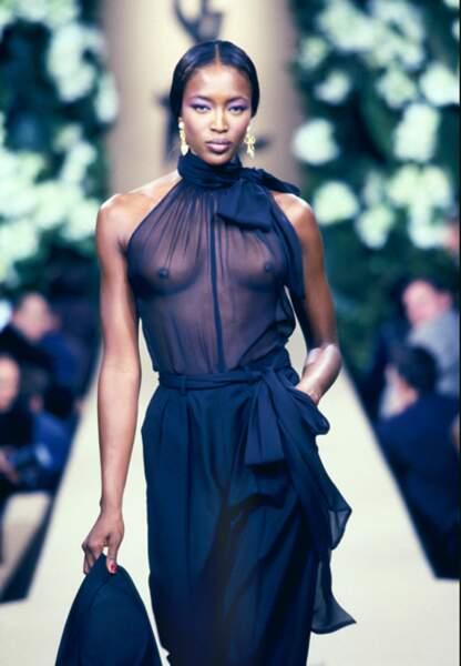 La transparence sort les griffes sur les runways avec Naomi Campbell