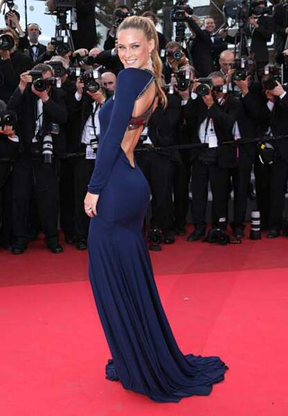 Bar Refaeli dans sa robe bleu nuit Roberto Cavalli souhaite de beaux rêves à ses admirateurs (2011)