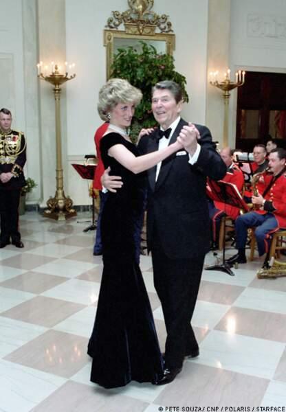 Ronald Reagan, qui ne se souvient pas du prénom de Diana, l'invite à danser