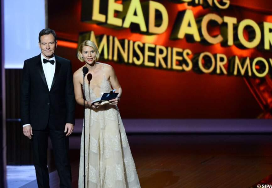 Claire Danes s'apprête à remettre un Emmy Award