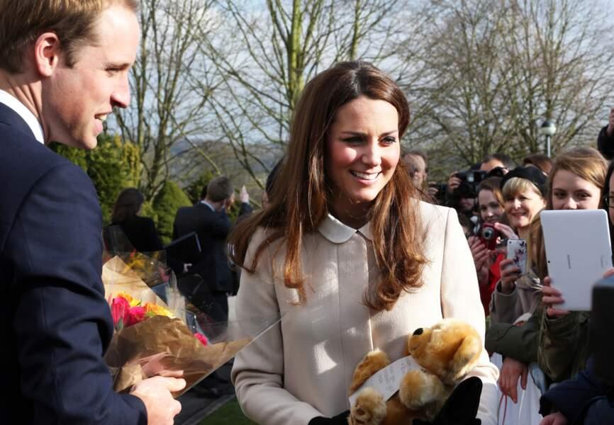 Une admiratrice lui offre un ours en peluche pour son bébé, le 19 mars 2013