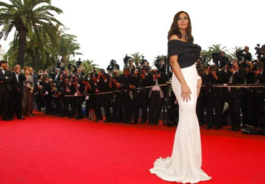 Monica Bellucci lovée dans un fourreau noir et blanc Dior (2008),