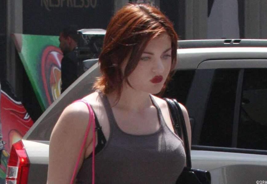 A 17 ans dans les rues de New York, Frances opte déjà pour les cheveux rouges.