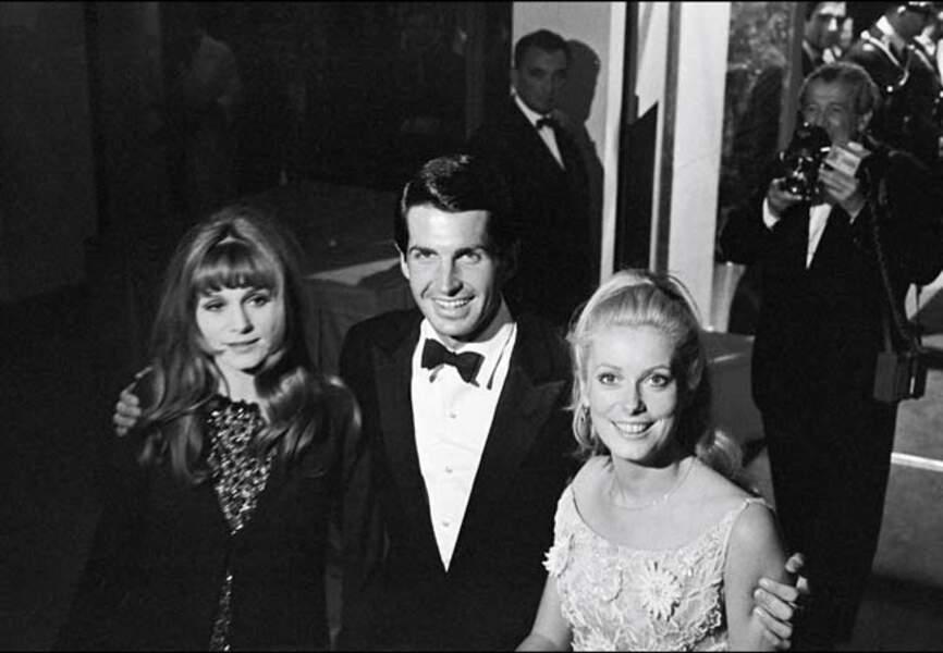 George Hamilton et les plus belles actrices de 1965: Catherine Deneuve et sa sœur Françoise Dorléac