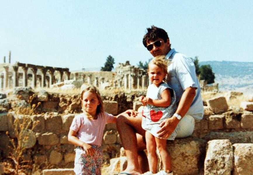 Une enfance heureuse: ici, à 4 ans, avec son père et sa sœur cadette, Pippa. Son père travaille alors en Jordanie.