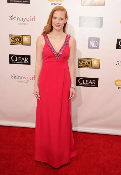 Jessica Chastain, lumineuse dans sa robe corail Prada