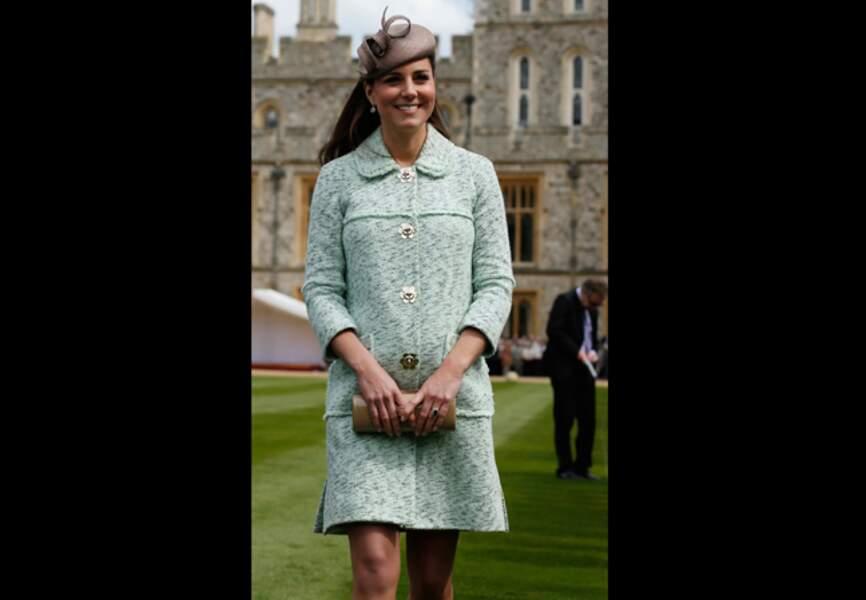 21 avril 2013 - Kate présente son manteau Mulberry menthe à l'eau