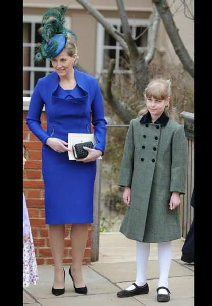Tailleur bleu électrique pour la messe de Pâques 2013…