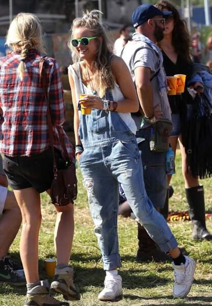 Cressida en salopette au Festival de Glastonbury en 2013