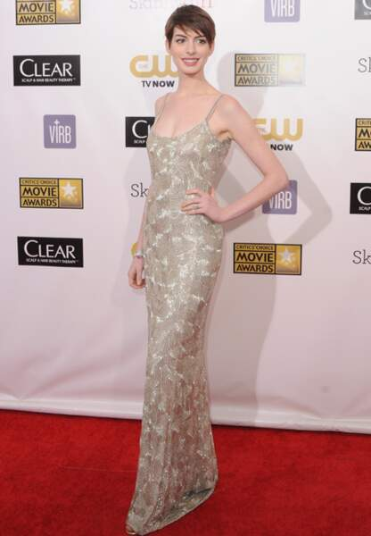 Anne Hathaway joue la carte du long moulant en Oscar de la Renta