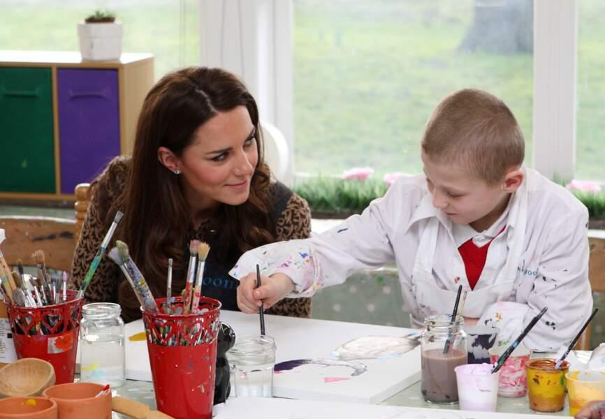 Kate, très impliquée auprès des enfants, visite ici l'école primaire Rose Hill en février 2012
