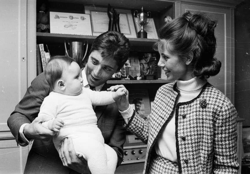1965, petite pause pour Sacha qui prend le temps de s'amuser avec son fils Laurent et sa femme Francine