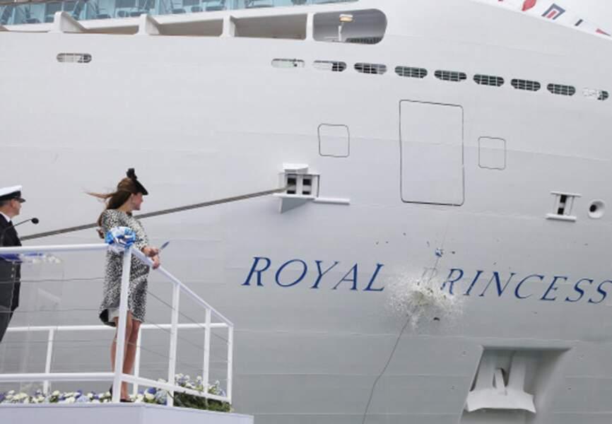 Selon la tradition, elle a cassé une bouteille sur la coque du bateau