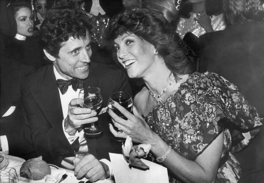 Sacha Distel en 1985, un verre à la main, profite du Lido au côté de l'actrice Chantal Nobel