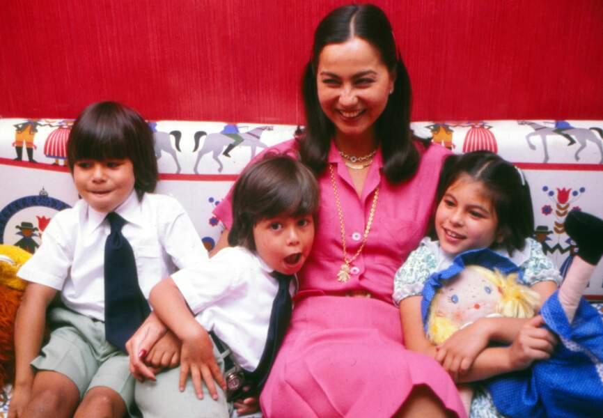 Isabel Preysler pose avec les trois enfants qu'elle a eus avec Julio Iglesias: Julio José, Enrique et Chaveli