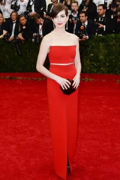 Rouge passion pour Anne Hathaway en Calvin Klein. Boucles d'oreilles par Vhernier