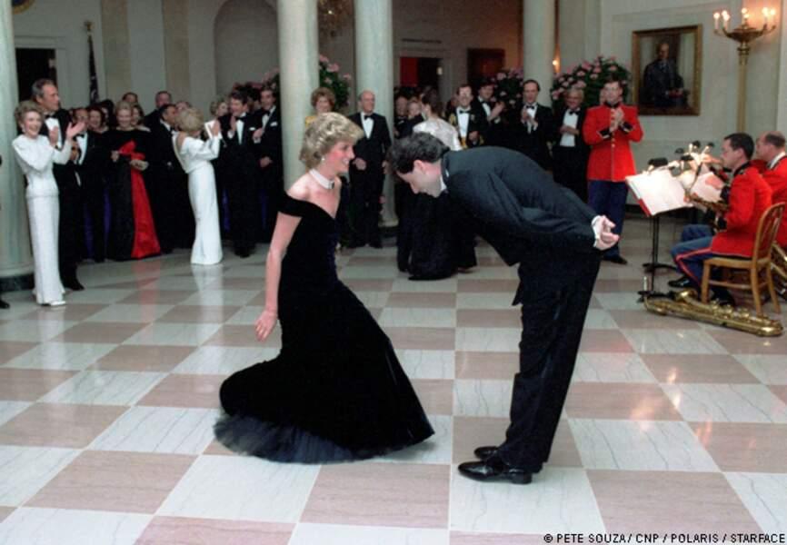 Lady Diana semble ravie de sa danse avec John Travolta