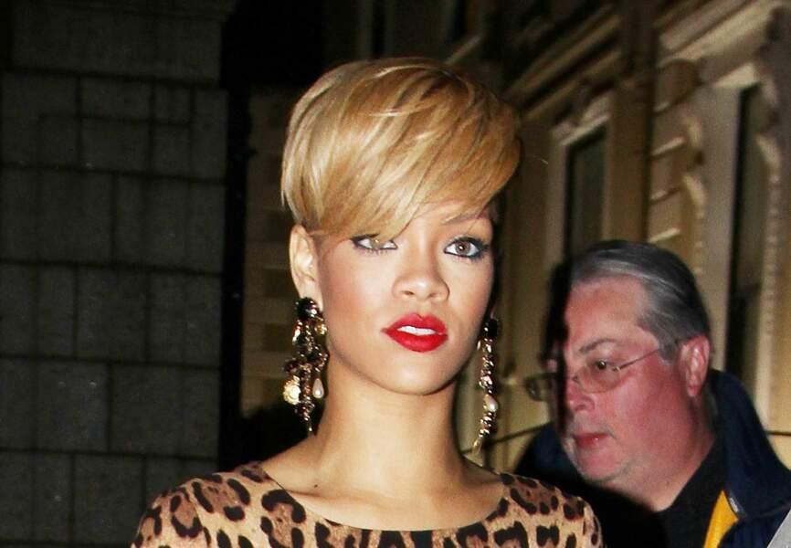 En 2010, Rihanna passe par le blond, avec une coupe courte, elle est très féline