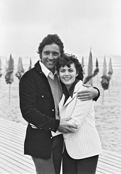 1977, Sacha Distel enlace Mireille Mathieu sur la plage de Deauville