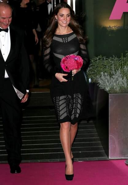 Au sortir du restaurant italien L'Anima, Kate sort souriante et fleurie