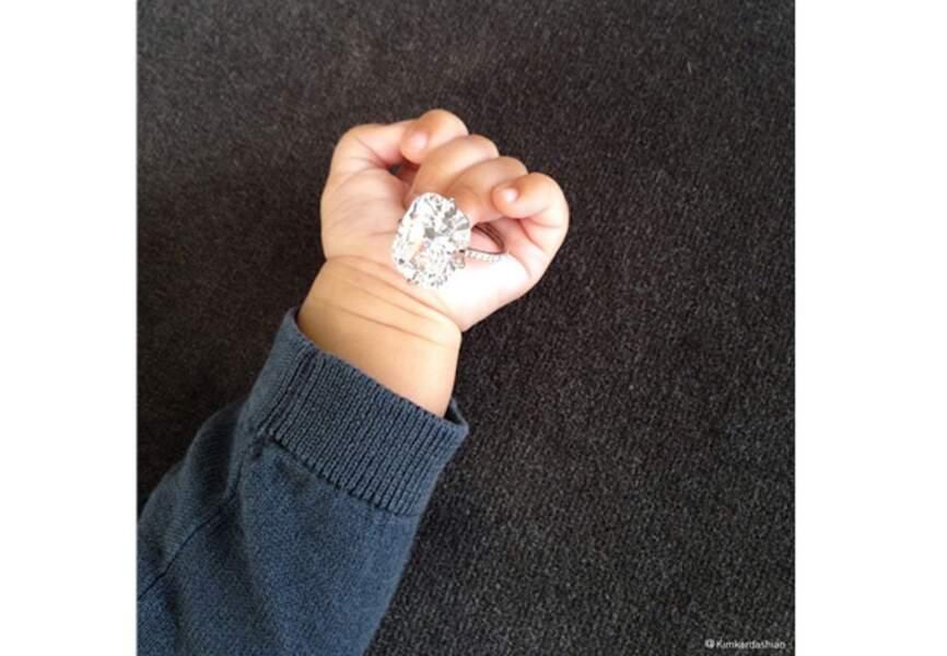 A qui appartient cette petite main?