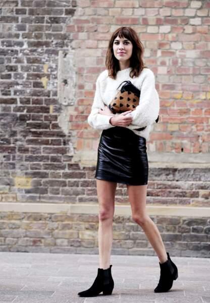 Alexa Chung et son look féminin idéal pour arpenter les défilés