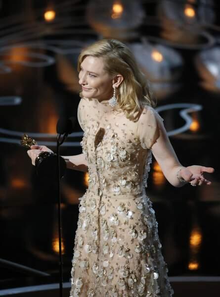 Cate Blanchett reçoit l'Oscar de la meilleure actrice pour son rôle dans Blue Jasmin