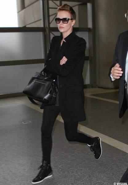 Charlize Theron et ses baskets montantes Barbara Bui