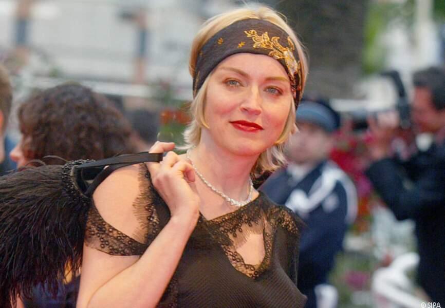 Sharon Stone monte les marches en 2002
