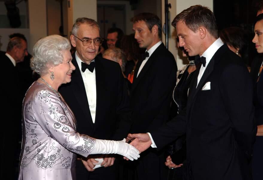 En 2006, la reine rencontre Daniel Craig, le nouveau James Bond
