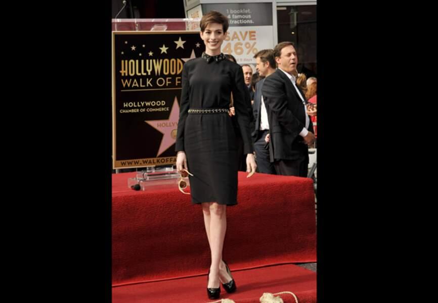 Anne Hathaway, col à cabochons