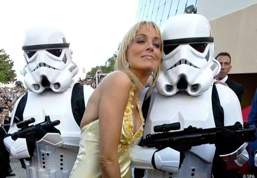 Sharon Stone copine avec les gardes de l'Empire lors de la présentation de La revanche des Siths en 2005