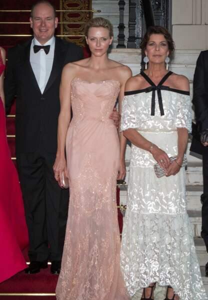 Radieuse lors du Naked Heart Gala en Atelier Versace
