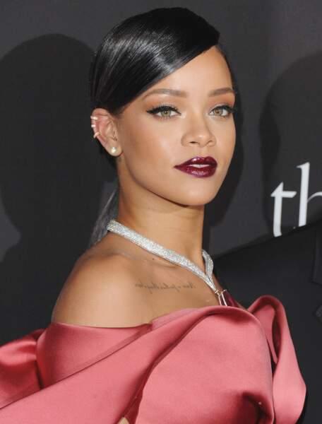 Mèche plaquée ultra glowy pour une queue de cheval glamour, Rihanna a tout bon
