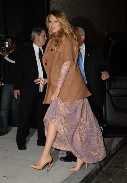 Blake Lively, radieuse, mélange manteau en coton et robe de soirée