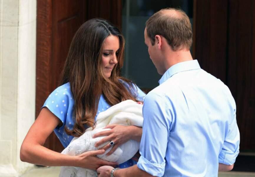 Un jeune couple heureux après la naissance de bébé