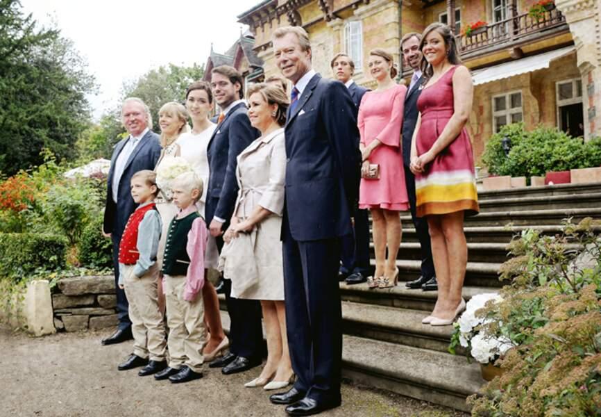 Portrait de famille devant la mairie